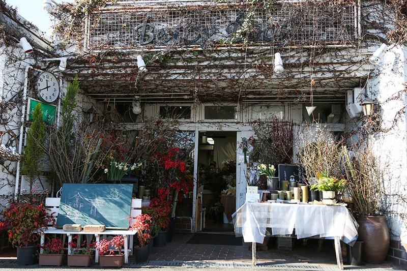 フラワーショップ「Betty Boof 本店」の外観。春になると緑の葉っぱで覆われる。