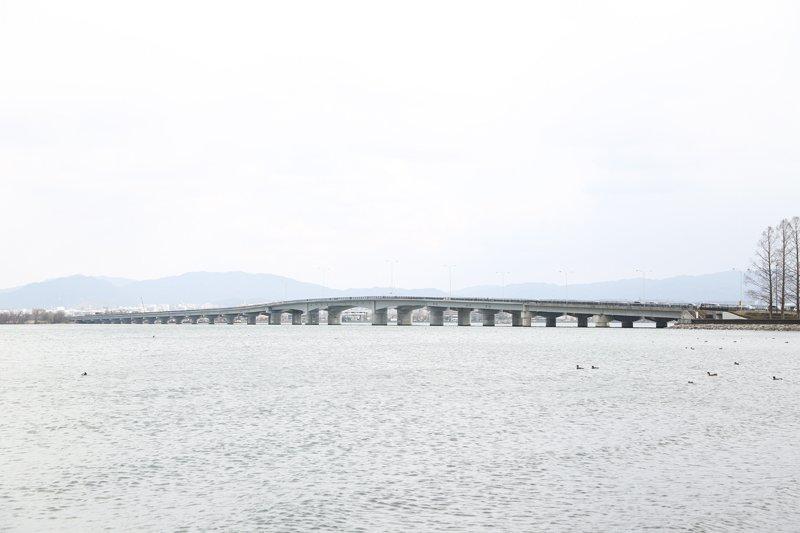 琵琶湖を横断する「近江大橋」
